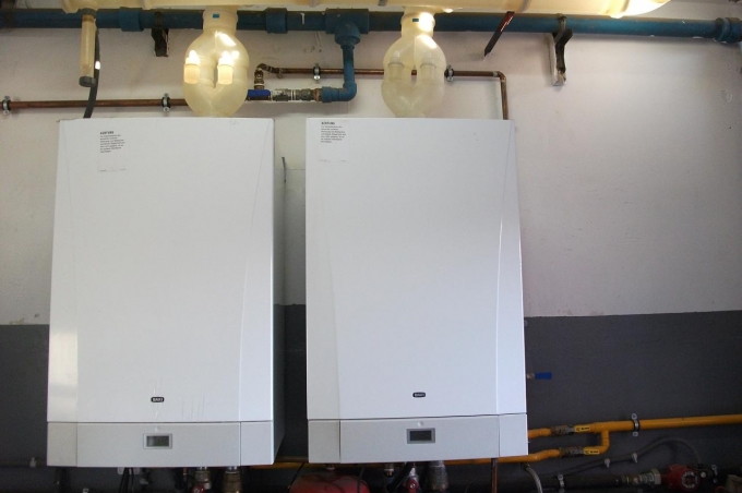 Electricistas barcelona fontaneros barcelona encoser for Instalacion calentador gas